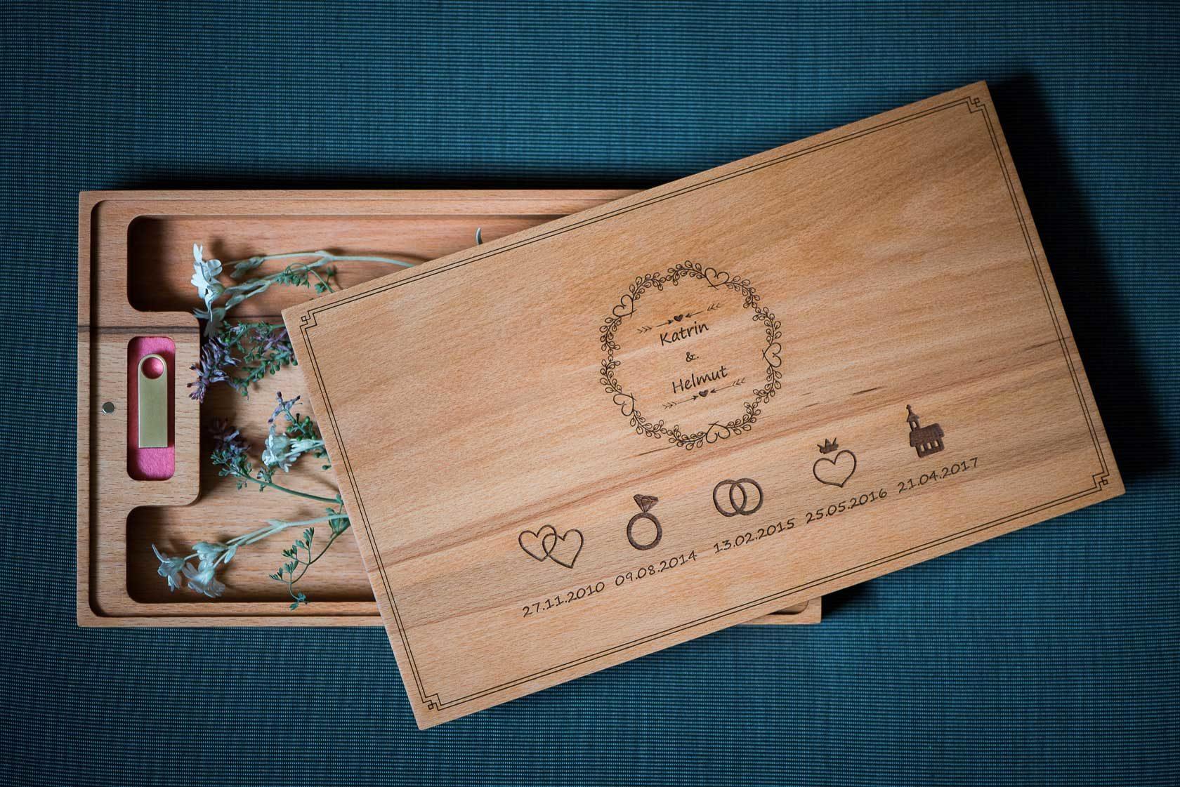 weddingbox zur bergabe an das brautpaar mit usb stick und fotos. Black Bedroom Furniture Sets. Home Design Ideas